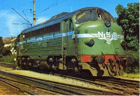 VEKK MED DAMPEN: Dette store diesel-lokomotivet er av typen Di 3. Anskaffelsen av denne loktypen var et ledd i NSBs «Vekk med dampen-program». Slike lokomotiver trakk alle tog på Bergensbanen, og kunne ses daglig på Gjøvikbanen sør for Roa. Da Bergensbanen ble elektrifisert i 1964, ble de overført til strekninger uten elektrisk drift.