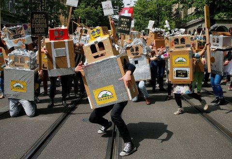 ROBOTENE KOMMER: I Zurich demonstrerer tilhengere av borgerlønn i forkant av folkeavstemningen som vil skje 5. juni. Teknologi kommer til å tvinge fram borgerlønn, mener aktivitistene.