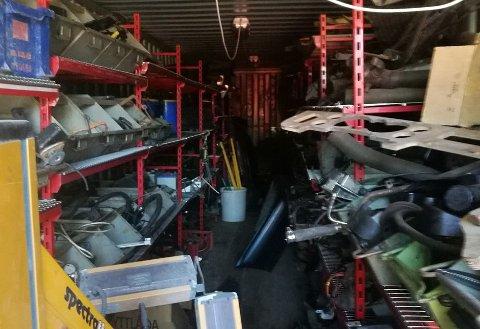 STORT UTVALG: En som trenger noe til en Jaguar, bør kunne finne det i en av de to 40-fots containerne til Roy Westgård.