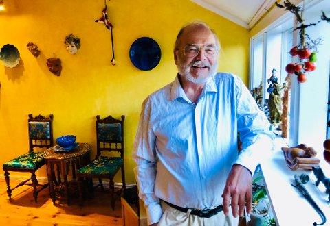 På verandaen mot øst dyrker Arne Thodok Eriksen tomater.
