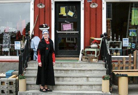 BRUKTBUTIKK: For Milla Osa  har to drømmer gått i oppfyllelse. Bruktbutikk i sentrum av Røros og guiding av turister i verdensarvstedet. Her er hun kledd for en guidingtur rundt Aursunden