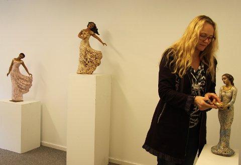 SKULPTURER I GROV LEIRE: Astrid Grue viser blant annet skulpturer og større kvinnehoder under salgsutstillingen.