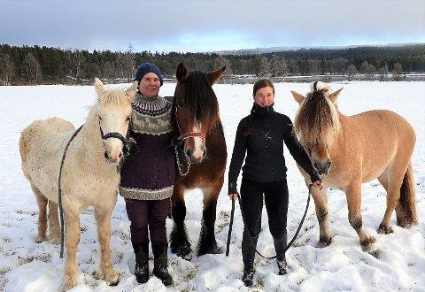 Kari Cecilie Lund og Marianne Hamland ønsker velkommen til åpen hestekveld i ridehallen på Kvernengan førstkommende onsdag.