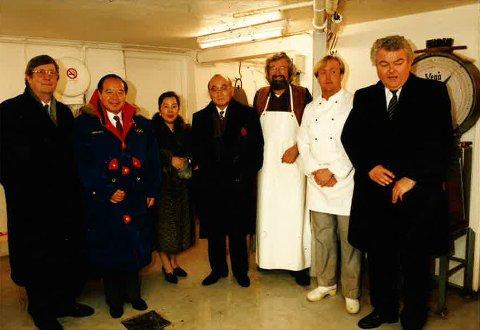 1994: Før OL på Lillehammer hadde Tom Kristiansen storfint besøk i pølsemakeriet av den japanske OL-delegasjonen. Tv: Frogn-ordfører Bjørn Loge, til høyre kultursjef Olav Sandsmark. Til høyre for Kristiansen står Jan Egil Sørlie som drev Coop-butikken.