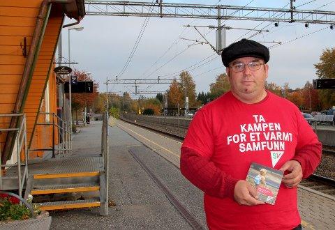 Midt mellom to togavganger og to valg: Knut Merox Iversen og SV sto på stasjonen torsdag morgen.