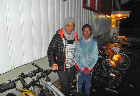 Yezna Degu og sønnen Ezra Tesfaye Beyene (10 år) på leting etter sykkelen som ble stjålet.