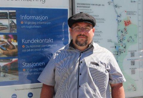 Tar toget: – Før kjørte jeg stor amerikaner, sier Knut Merox Iversen med et smil. I dag låner han av og til bil av en kamerat, men velger kollektivt til daglig.