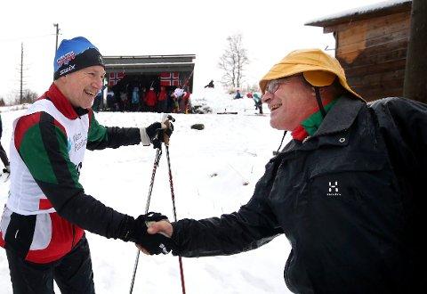 TAKK, TAKK!: Erik Dahl-Hansen (t.v.) takker arrangør Knut Woxman for at han nok en gang steller i stand Avfetningsrennet.