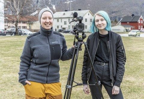 Filming: Gjøri Dalsbø (t.v.) og Rebecka Torvik skal bytte på å filme Sunndal Fotball herrer sine hjemmekamper på Sande stadion. Først ute er Rebecka Torvik i lørdagens kamp.