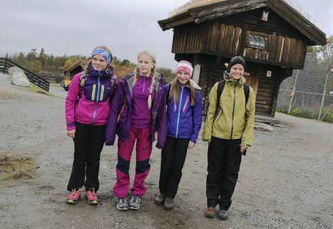 Klare: Søndeledelever er helt klare for langtur i fjellet. Alle disse fire jentene utfordret seg selv og valgte den tøffeste ruta ned igjen.