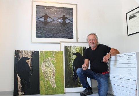 Ola Steen (68) her sammen med sine nyeste verk. Her kan man også se hvordan han har jobbet med fuglen og slått sammen farger i tresnitt til endelig resultat.