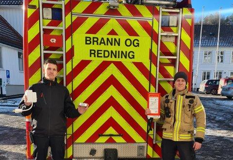 KAMPANJE: Brannforebygger Jørgen Thele og varabrannsjef Vidar Johannessen i Flekkefjord brannvesen slår onsdag et slag for komfyrvakt, som ofte er årsaken til at brannvesenet må rykke ut.