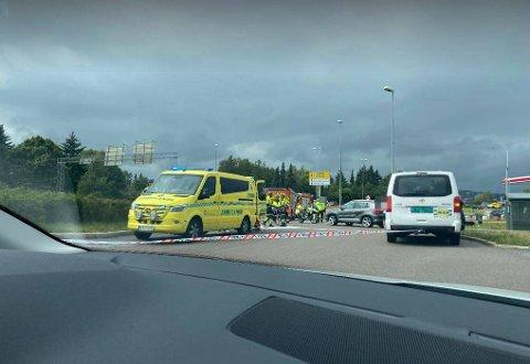 En ulykke mellom flere biler skaper store trafikale problemer på Strømsveien ved Alfaset lørdag ettermiddag.