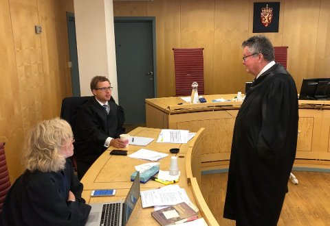 Bistandsadvokat Kristin Fagerheim Hammervik, aktor Alf-Anton Røst og forsvarer Tor Haug i retten onsdag. Foto: Anders Bergundhaugen