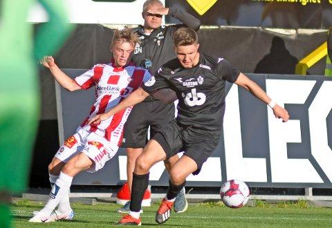 MOT TROMSØ: Tromsøs Isak Hansen-Aarøen i duell med Andreas van der Spa under sin tid i Øygarden FK. Førstnevnte har forøvrig nå meldt overgang til Manchester United.