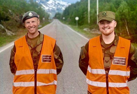 REDNINGSMENN: Sjefssersjant Frode Øynes fra Borkenes og korporal Henning Bjørnstad fra Tromsø berget finlenderen.