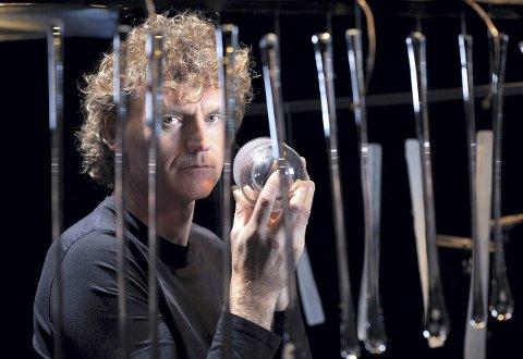 Terje Isungset (på bildet) og Arve Henriksen lager klang av glass. Duoen har arbeidet sammen om «World of glass» siden Tallinn i 2011.