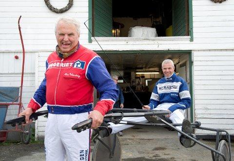 Travlegenden Ove Wassberg (foran) fyller 70 år i dag. I det norske travmiljøet hagler det med godord om jubilanten, også fra sønnen Svein Ove (bak). (Arkivfoto: Arne Ristesund)