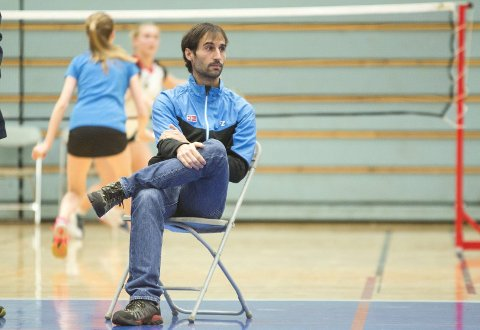 Bergen Badmintonklubb har en solid økonomi, og ansatte Javier Bish som trener for noen år siden. Bish trener alt fra nybegynnere til de mest hardtsatsende badmintonspillerne i byen. Det har gitt resultater. Her under helgens rankingturnering i Haukelandshallen. FOTO: SINDRE WIIK