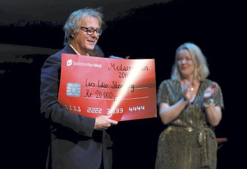 Prisvinner Lars Lillo-Stenberg ble overrakt Medaasprisen i går. Her gratuleres han av Ivar Medaas' datter Yngvild.