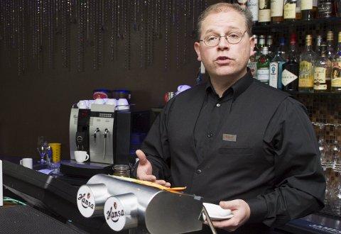Kelner og tillitsvalgt Olaf Halland er positiv til skattlegging av tips, og tror det vil gi en mer ryddig bransje. FOTO: RUNE JOHANSEN