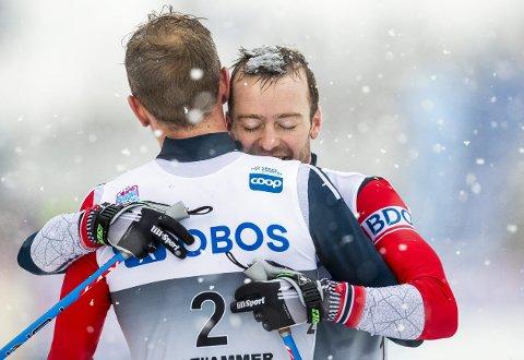 Sjur Røthe klemmer vinneren av søndagens jaktstart Didrik Tønseth, etter at han hadde tapt spurten mot trønderen. (Foto: NTB scanpix)