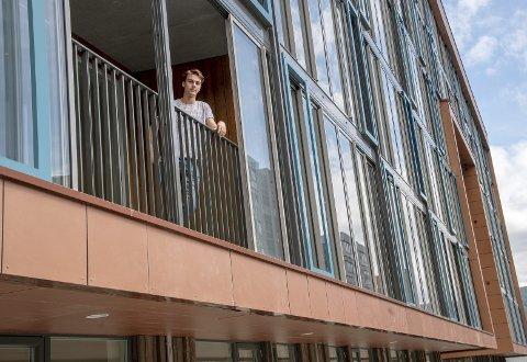 Henrik Høgøy har bodd i Portalen i bare to uker, men fant fort gleden i balkongen sin. Nå vil kommunen ha den vekk. FOTO: EIRIK HAGESÆTER