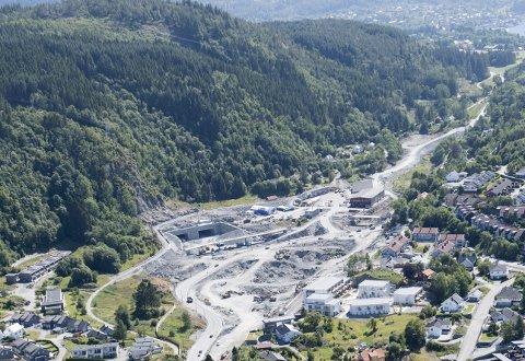 GIGANTANLEGG: Den nye firefeltsveien mellom Os og Bergen skal åpnes, etter            planen, i 2022. Oppstarten var i 2015. Dette bildet viser utløpet i Rådalen, hvor det skal bygges et gigantisk kryss.FOTO: ARNE RISTESUND