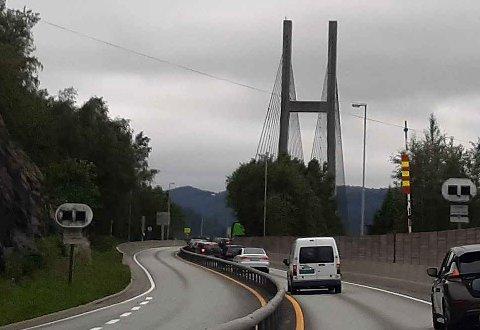 Det ble køer da Nordhordlandsbroen var stengt i en periode lørdag ettermiddag.