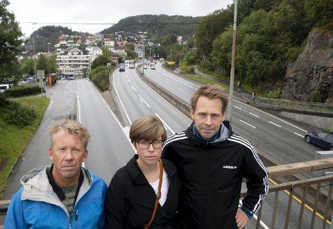 Geir Næss, Lise Kristiansen og Thorvald Johannessen foran dagens firefeltsvei mot Åsane, som blir bybanetrasé.