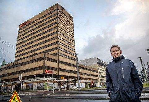 Snart historie: Om rundt sju månader vil fylkesbygget, som har stått på Vestre Strømkaien sidan 1970, vere fullstendig borte. Prosjektleiar i Lab Entreprenør, Lasse Smilden, fortel at dei allereie har starta med innvendig sanering.