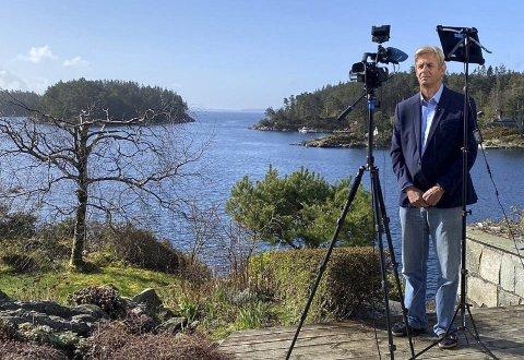 Fra idylliske Hjellestad sender Anders Magnus rapporter fra USA. Når han ikke jobber sager han trær, hogger ved og klipper roser. – Dessuten er det mye fisk i fjorden, sier han.
