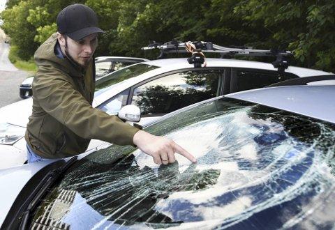 – Jeg vet ikke hva som er brukt for å knuse frontruten. Grus på dashbordet og riper i lakken tyder på at noen har tråkket opp på bilen, sier Espen Reigstad Asbjørnsen.