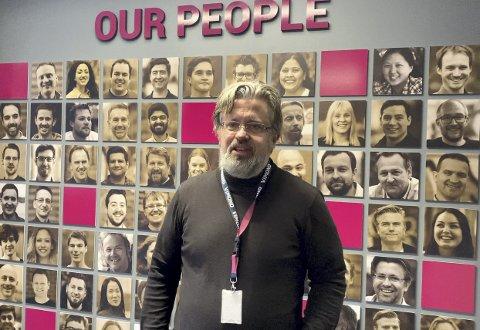 Direktør Helge Høibraaten i Vimond Video Solutions lover sine ansatte en kjempefest i kveld. men den blir digital og sendes over video verden rundt. FOTO: VIMOND