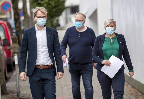 Byrådsleder Roger Valhammer på vei til pressekonferanse sammen med medisinsk fagsjef Trond Egil Hansen og helsebyråd Beate Husa.