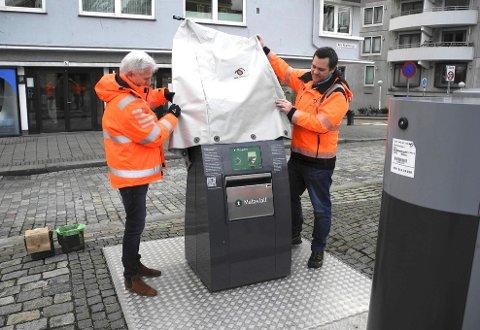 Her avduker John Gaute Kvinge og Lars Petter Jørgensen det første nedkastet for matavfall på Øvre Murallmenningen.