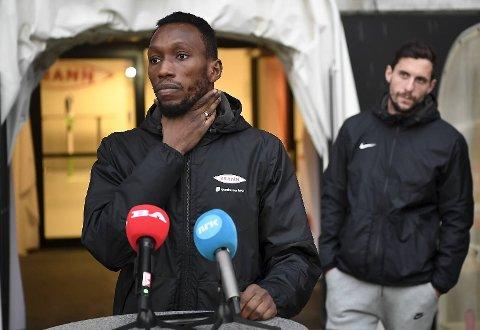 Daouda Bamba holdt pressekonferane om de rasistiske meldingene som til stadighet rant inn på telefonen hans i fjor. Han ble støttet av samlet spillergruppe. Nå boikotter Brann sosiale medier.