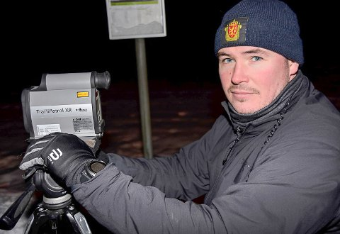 LASEREN OPERATIV: Politibetjent Christian Sørby kontrollerte sammen med tre UP-kolleger store deler av Sigdalsveien fredag ettermiddag og kveld.