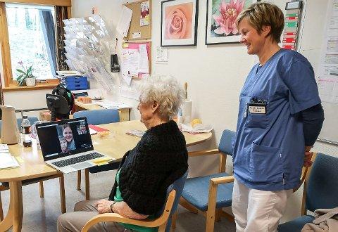 VIDEOSAMTALE:  Berit Nymoen ser og snakker her med oldebarnet Olav Frøyse Nymoen og Heidi Frøyse på internett, mens Cecilie Marken passer på at det tekniske fungerer som det skal.