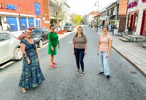KLARE FOR FESTIVAL: Lene Enge Olsen (f.v.), Eline Bråthen Krcic og Elsana Krcic skal ha boder. I bakkant står inittativtaker Anne Kat Håskjold, sentrumsutvikler i Modum næringsråd.