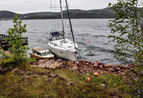 En seilbåt hadde slitt seg løs på Holmsbu etter uværsnatta.