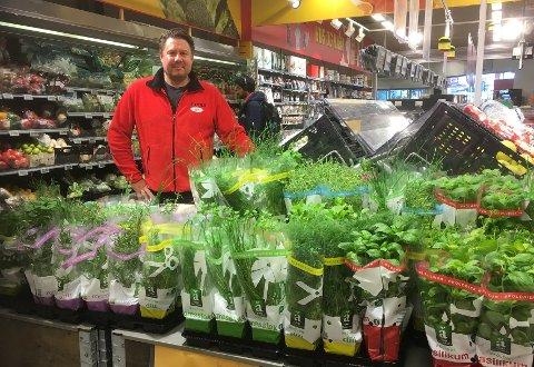 Kristian Theie er butikksjef på Coop Extra Slemmestad. Dette bildet er tatt i en annen sammenheng, i Coop Extra på Sætre.