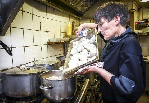 På kjøkkenet. Her lager Aina Kleven skrei til 60 gjester.