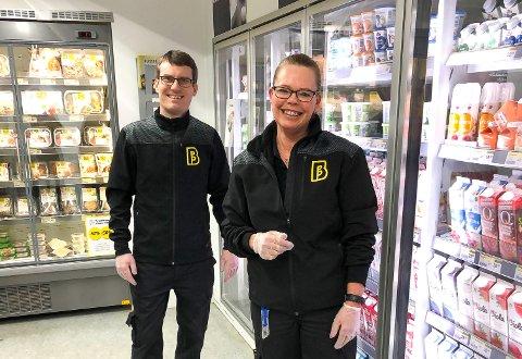 SØKER HJELP: Brunnpris Skotselv er på utkikk etter noen med skikkelig dugnadsånd. Butikksjef Øystein Magnus Berg og assisterende butikksjef, Monica Pettersen.
