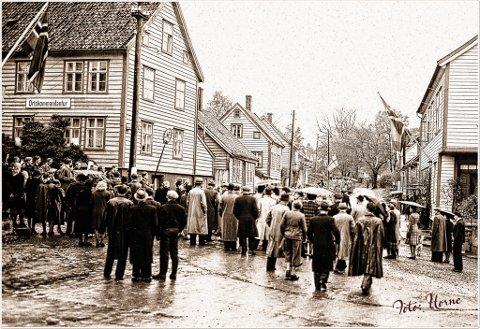 """Dette biletet blei teke ni dagar etter den tyske kapitulasjonen. Skiltet som viser kvar det tyske """"Ortskommandantur"""" heldt til, heng der framleis. Dei tyske okkupasjonsstyrkane er framleis i Florø, men dei har lagt ned våpena."""