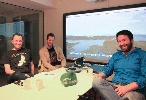 Bygdelaget på Askrova har laga film om øya i håp om å tiltrekke seg fleire innbyggarar. F.v. Terje Svardahl, Håvard Stubhaug, Henning Haughholt