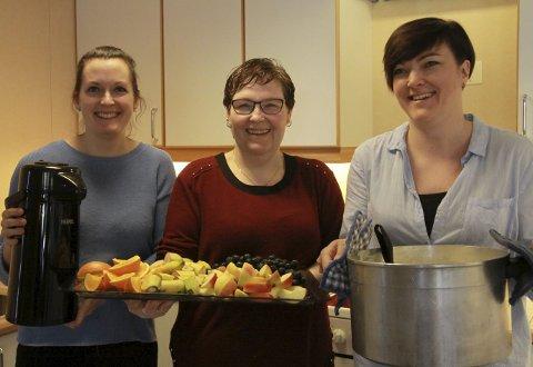 UTAN MAT OG DRIKKE: Mat og drikke er viktig på seminar; foreldra Torill Susanne Brekke, Olaug Steinset og Hilde Klungreset diska opp med graut, frukt og kaffi.