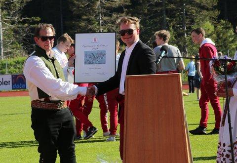 Ungdomsordførar Thor Albrektsen delte ut kulturpris til Bjarte Haugnes og Florø Skyttarlag i 2019.