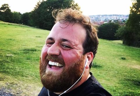 KLAR FOR HALVMARATON: Førdianar og P3-programleiar Ronny Brede Aase er spent på halvmaratonen i Oslo om to veker. Her tar han ein sjølvi etter årets første femkilometer i juni.