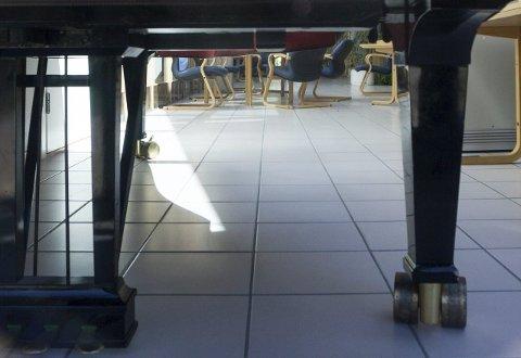 Samler støv: På Lisleby står et Steinway i dårlig forfatning og samler støv. Det er ikke verdt å reparere. Foto: Thomas Arntsen